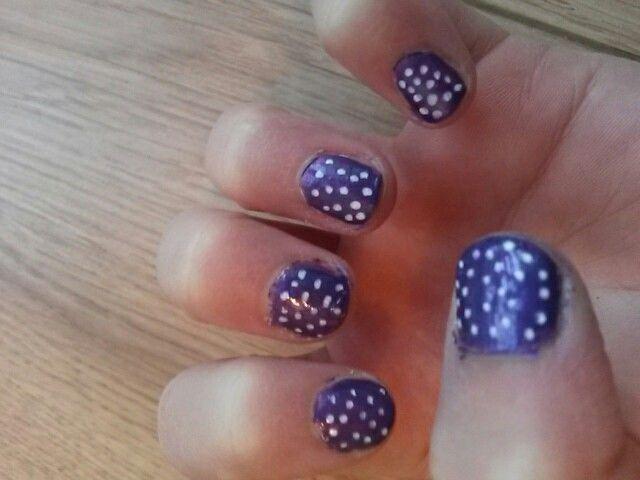 Paarse nagels met witte stipjes