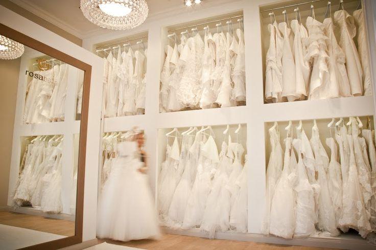 Budapest egyik legújabb és legexkluzívabb, menyasszonyi ruhaszalonja, kizárólag márkavédjeggyel ellátott, kiváló minőségű esküvői ruha kollekciók kölcsönözhetők és vásárolhatók. Szalonunk a Pronovias csoport San Patrick menyasszonyi ruha kollekció és a Rosa Clara TWO kollekció hivatalos forgalmazója és esküvői ruha kölcsönzője.