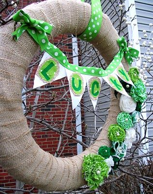 DIY Lucky Wreath: Interchangeable Wreaths, Burlap Wreaths, Polka Dots, Burlap Flowers, Lotta Pearls, Diy Wreaths, St. Patrick'S Day, Cute Wreaths, Diy Lucky