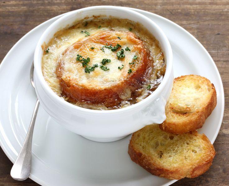 Луковый суп с сыром и багетом