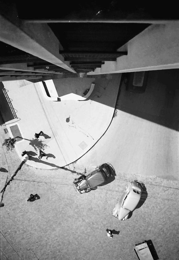 Vertigo în Piaţa Romană, 1941. Fotografie făcută din blocul Palladium (cel cu BCR Cafe la parter azi), afectat de cutremurul din 1977.  Source: Willy Pragher