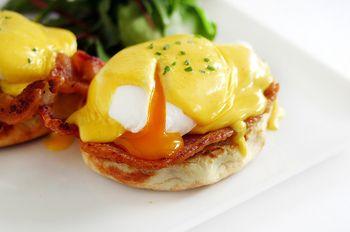 卵を割る、至福のとき。 イングリッシュマフィン、卵、ベーコンが混じり合い、 口の中でとろけます。