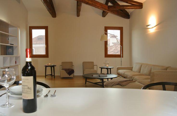 Vista sull'ampio soggiorno, con zona divani e zona pranzo #architettura #interni