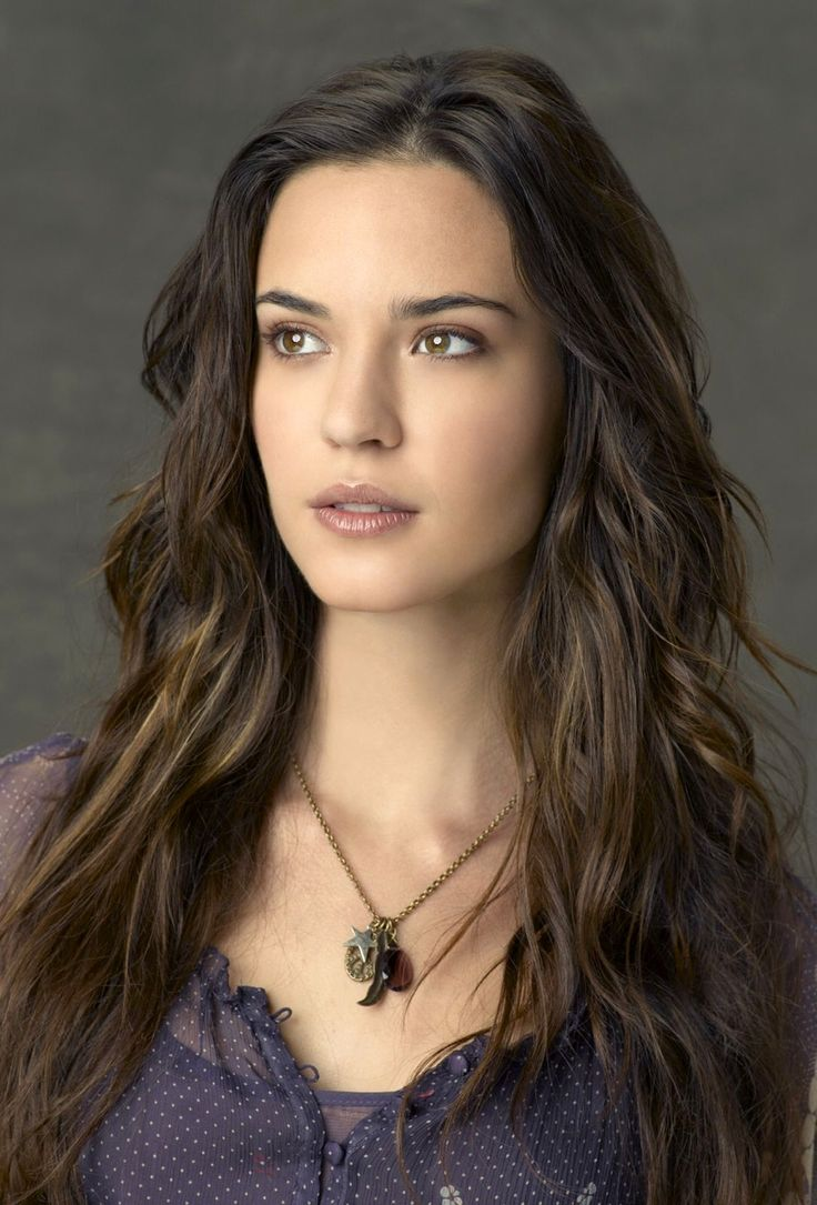 Echo le Fay, Violinist with the Illéan Regal Orchestra. [Face Claim: Odette Annable]