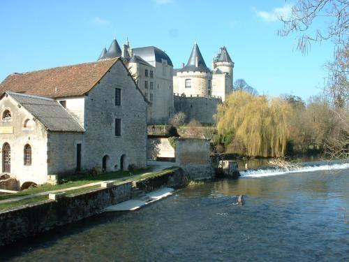 Verteuil-sur-Charente. Le chateau et le moulin