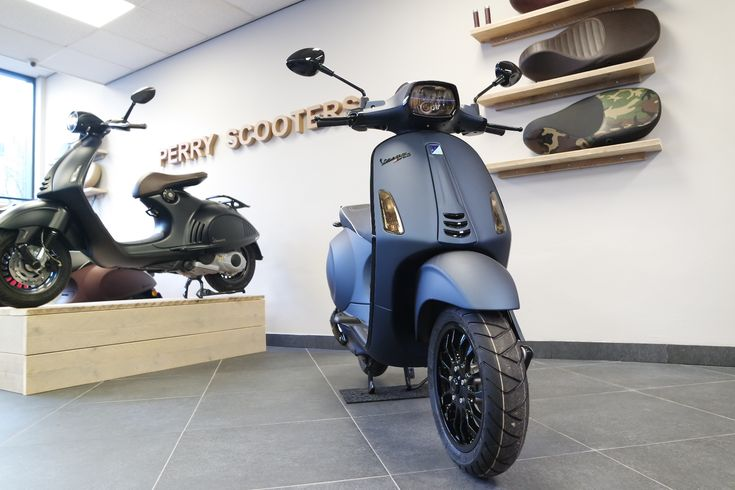 Vespa Sprint Mat Blauw | Perry Scooters