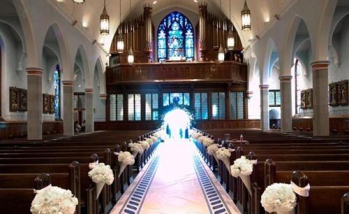 Decoración de Iglesia flores blancas en conos