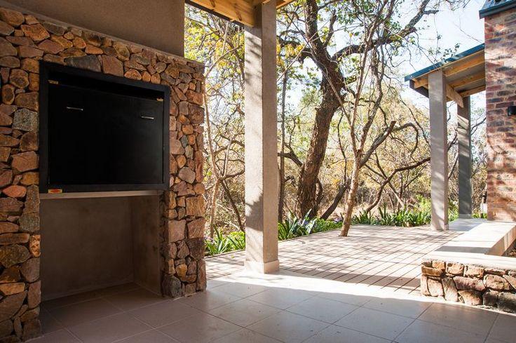 Skouhuis op Negester Klein-Kariba met braai-area op stoep waar die stilte en atmosfeer van die Bosveld op sy beste ervaar kan word!