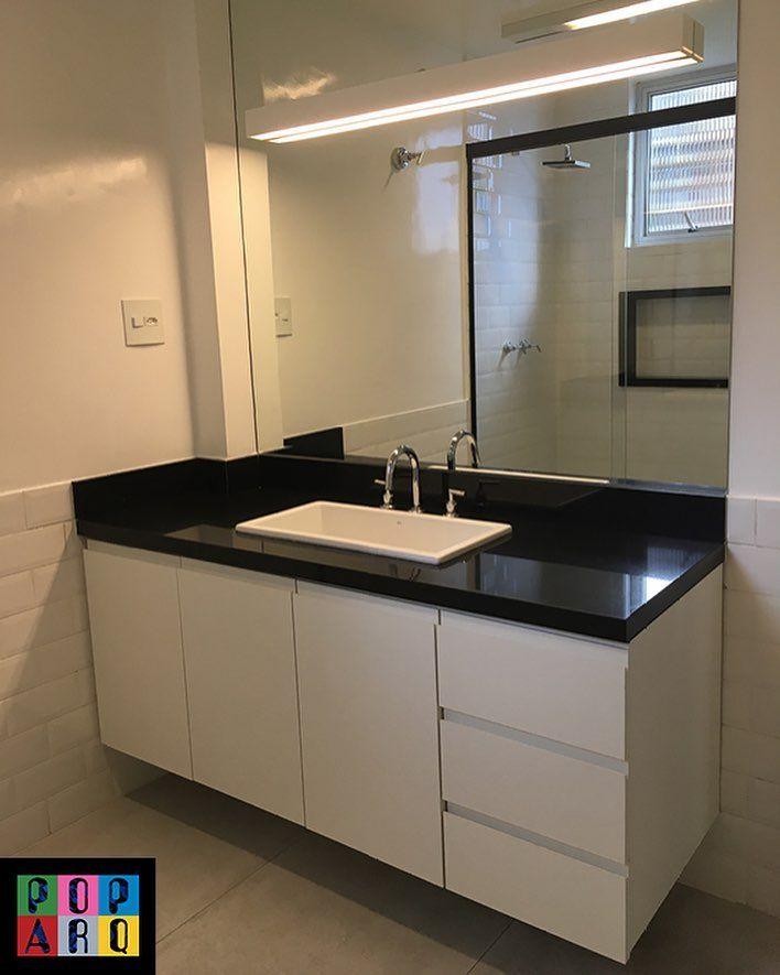 Banheiro clean em preto e branco!   A arandela no espelho complementa a iluminação para a maquiagem e o barbear! 🙋🏻🙋🏻♂️ Além de ter um design linear discreto, combinando com os puxadores cava na marcenaria. #banheiro #banheiroclean #bathroom #pb #bw #pretoebranco #arandela #iluminação #marcenaria #revestimentos #granitopreto #tijolinhobranco #concreto @rekailuminacao