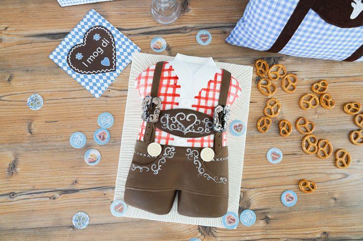 Diese Lederhosen Torte passt perfekt zu jeder Oktoberfest Party ! Innen steckt ein Haselnusskuchen mit karamellisierten Haselnüssen und einer Vollmilchschokoladencreme. Dekoriert ist die Torte mit Fondant und Modellierschokolade.