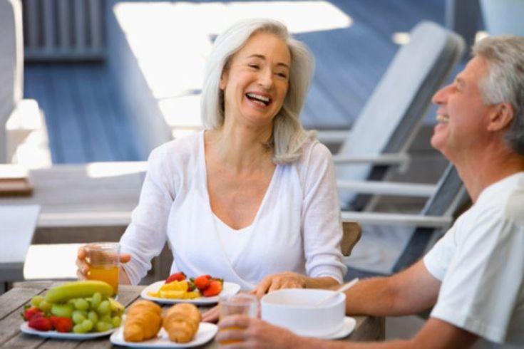 Qué comer en una dieta saludable. La dieta sana es un programa alimentario basado en la idea de que la mejor manera de comer es disfrutar los alimentos integrales de manera abundante; lo que significa ingerir alimentos lo más cerca posible de su estado natural, en la medida en que puedas ...