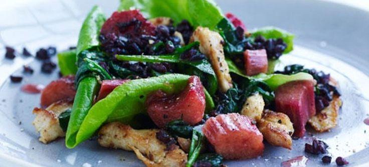 Spicy kylling serveret med rabarber – her som en eksotisk krydret version med grøn karry, sorte ris og spinat. Klik her for at se opskriften.