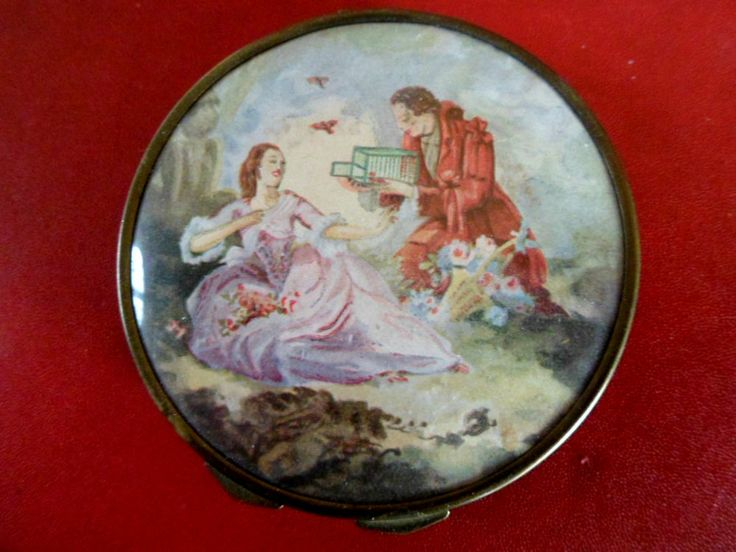 Poudrier ancien métal doré ,scène amoureux sur couvercle miroir intérieur