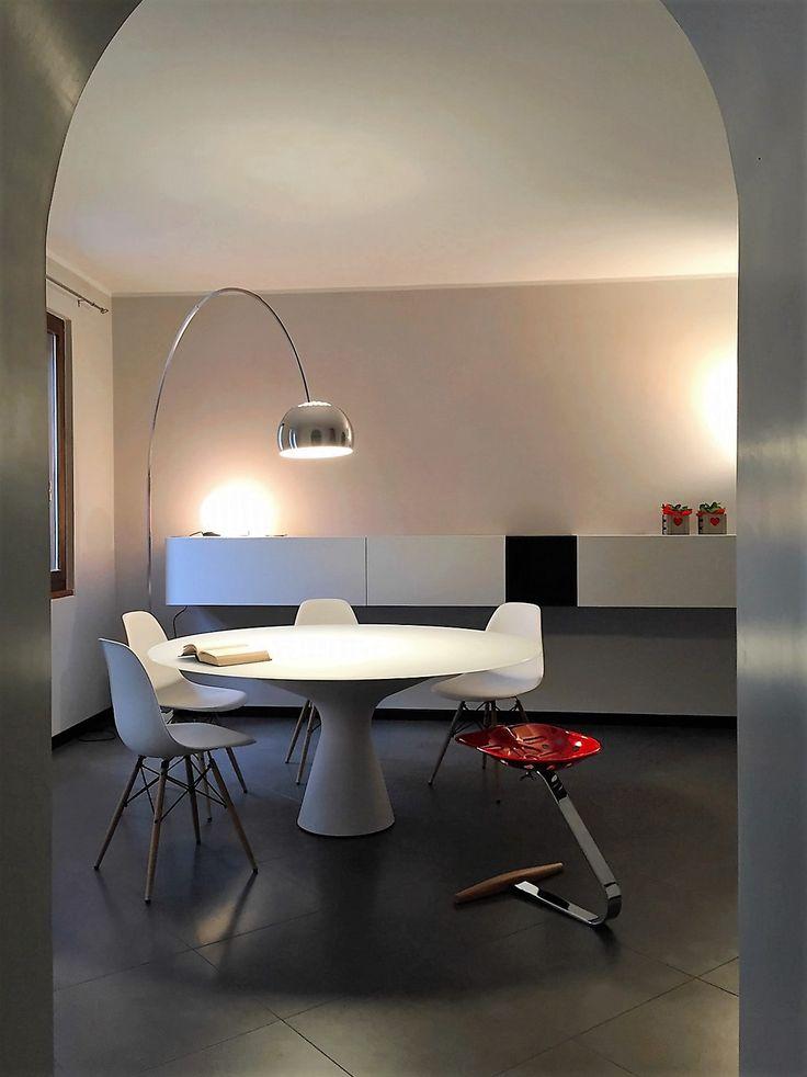 lampada Arco Flos con tavolo Zanotta