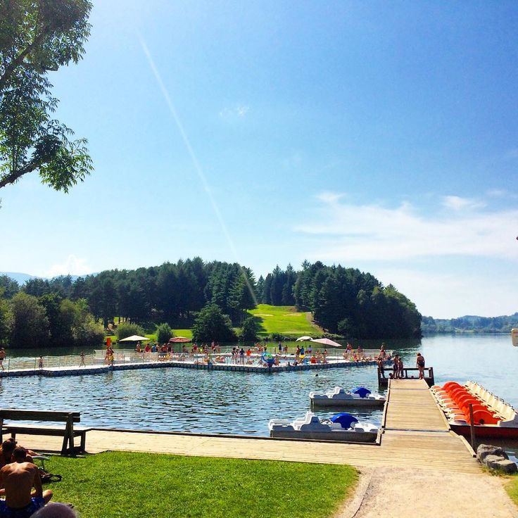 Lourdes Plages : um lago que vira praia : areia, mergulho, bebidas e pedalinho! #hautepyrenees #lourdes #lourdesplages #TourismeLourdes #happytravel ##tourismemidipy #lake #lac #ap