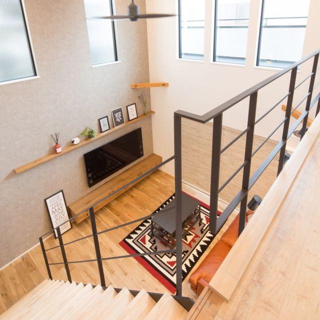 momoさんの、鉄骨階段,シーリングファン,オーデリック,造作家具,テレビ,SONYBRAVIA,65インチ,壁掛けテレビ,吹き抜け,吹き抜け窓,開放感,壁/天井,のお部屋写真