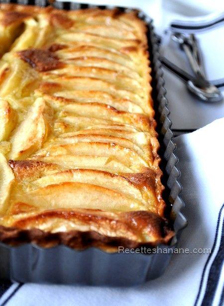pour faire cette jolie et gourmande tarte, il vous faut: Une pâte sablée (maison ou du commerce) 4 pommes 200g de mascarpone 3 œufs 3 cuil. à soupe de poudre d'amande 70g de sucre Foncer le moule à tarte avec la pâte sablée Dans un saladier, battre les...