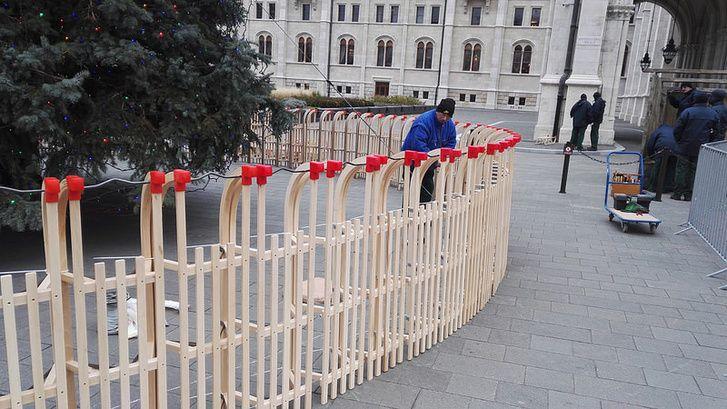 Aranyos kerítést kapott az ország karácsonyfája: szánkókkal vették körbe