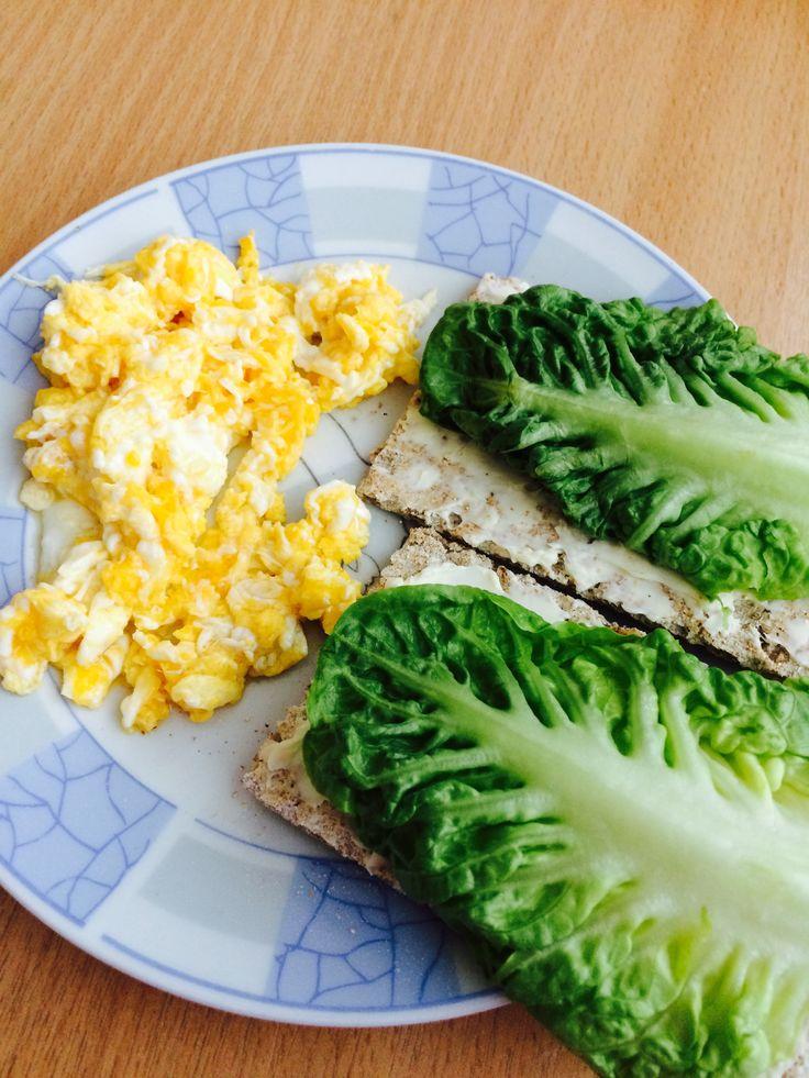 Raňajky: celozrnný chlieb, praženica a šalát