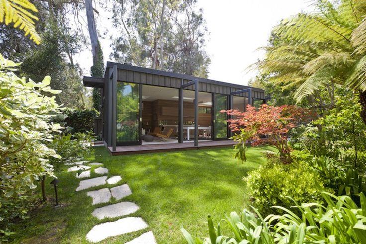 Piccoli giardini di villette camminamento con pietre e prato verde casa interamente con vetro - Giardini con pietre bianche ...