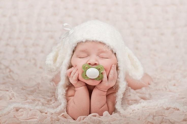 magnifique photo de bebe qui tien sa tete. une photographie originale de la photographe Nada Ivanova