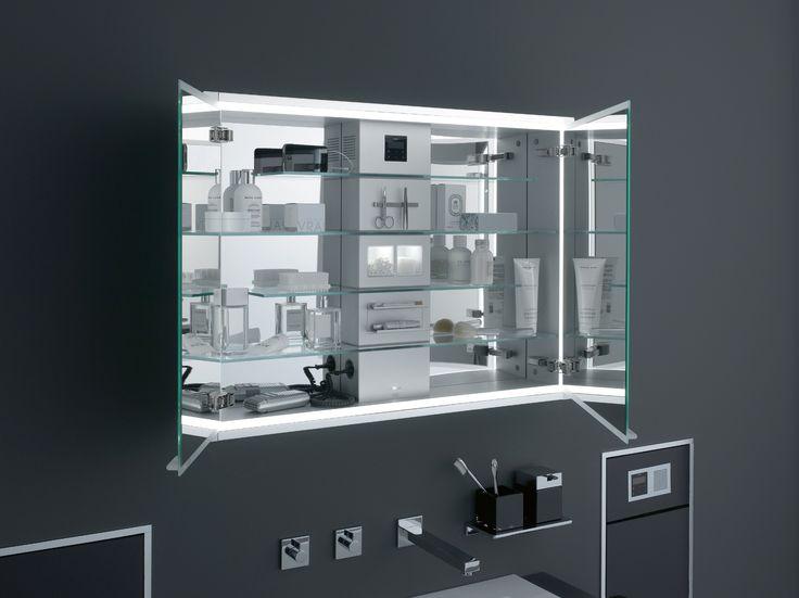 Spiegelkast met dubbelzijdig spiegelende deuren, schakelaar, stopcontact en glazen schappen voor optimaal ruimte benutting