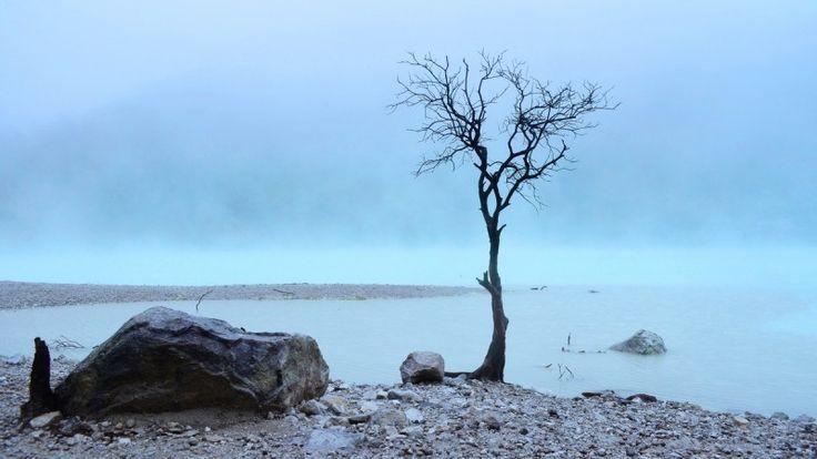 Kawah Putih. Danau vulkanik unik dipuncak gunung yang dingin dan berkabut.