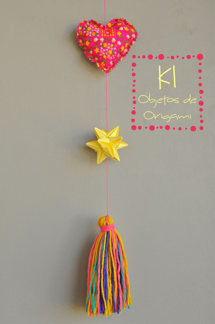 Colgante con corazón de tela en fuxico + estrella de origami + borla de lana, encontrá los modelos disponibles en nuestra fanpage www.facebook.com/KiOBjetosDeOrigami
