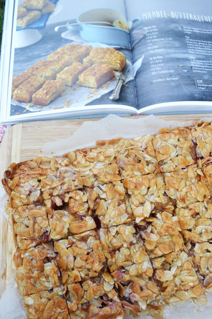 Glücklich, glücklich, glücklich tralalala – bald ist die gut gefüllte Kuchenplatte wieder da! Ich hab wieder gebacken und zwar einen Butterkuchen! Einen Butterkuchen mit Mandelkruste, der so…