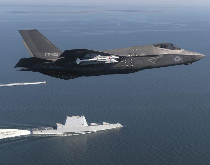 La aeronave CF-02, una variante F-35 Lightning II Carrier adjunta a la Fuerza de Prueba Integrada F-35 Pax River (ITF) asignada al Escuadrón de Evaluación y Prueba de Aire (VX) 23 completa un paso elevado del destructor de misiles guiados USS Zumwalt DDG 1000).