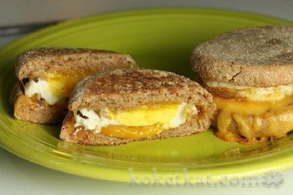 Домашние бургеры с сыром и яйцом.   Просто бутерброды и жаренные яйца на завтрак надоели? Сделайте бургеры с яйцом и сыром...Ингредиенты:.- 10 маленьких булочек.- 10 яиц.- 100гр твердого сыра.- соль по вкусу..Количество булочек и яиц можно брать в зависимости от количества чело...