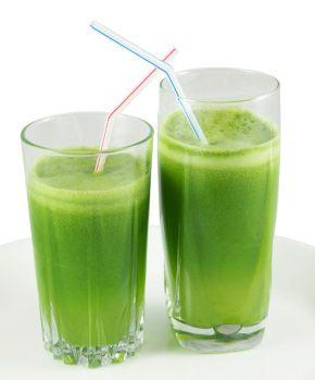 Hoje ao lanche apeteceu-me um sumo verde. Desintoxicante, saboroso e com apenas 135 calorias.   Ingredientes (2 copos) • 2 maçãs • 2 folhas de couve  • 1 cenoura pequena  • 3 folhas grandes de hortelã  • 1 pedacinho de gengibre  • 1 inhame pequeno descascado  • 1 colher (chá) de linhaça  • 150 ml de água   Modo de fazer  Bata todos os ingredientes no liquidificador e beba de seguida.  Dica: adicionar sumo de um limão potencializa o valor nutricional da bebida. Esprema diretamente no copo.