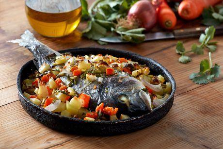 Λαχταριστές τσιπούρες, φρέσκα λαχανικά, βιολογικό εξαιρετικά παρθένο ελαιόλαδο Χωριό, ένας φούρνος και όρεξη! Τα βασικά υλικά για μια απολαυστική συνταγή!