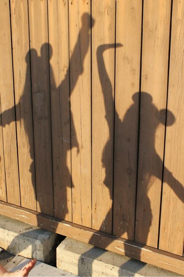 What a cute Disney vacation picture idea: Disney Shadows!