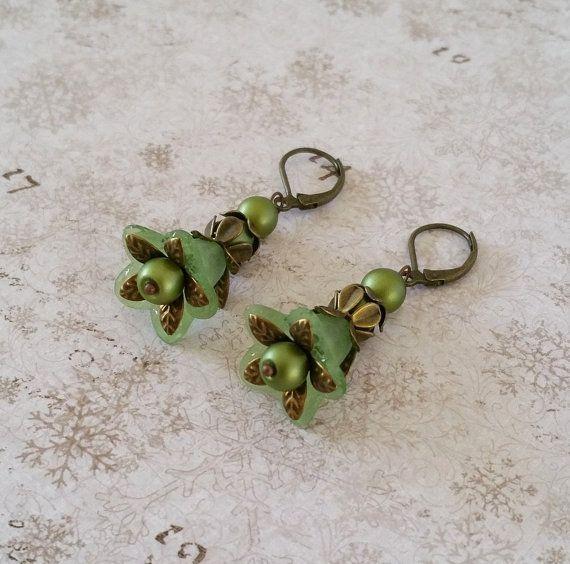 Groene bloem oorbellen Zacht groene lucite door HoneyBeads1Official