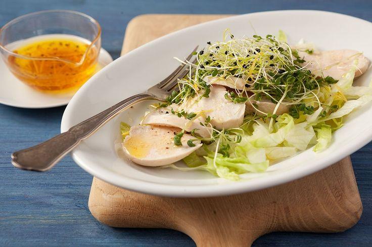 Zwiebelsprossen geben dieser leichten Vorspeise aus pochierter Pouletbrust und Eisbergsalat mit Zitronendressing eine milde Schärfe.