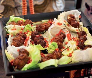 En spännande kötträtt från Vietnam! Rulla nöt-eller fläskfärs till köttbullar, trä dem på spett och tillaga i ugnen en kort stund. Servera spetten i salladsblad, strö över granatäppelkärnor och ringla gärna över en skvätt vietnamesisk Nuoc cham sås!