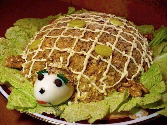 Еще больше рецептов здесь https://plus.google.com/116534260894270112373/posts  Салат «Черепаха»  Ингредиенты: - яйца – 4 шт. -мясо куриное (копченое) – 150 г - лук-порей – 1 шт. -яблоки – 2 шт. - сыр – 100 г - грецкий орех – 150 г - салат  Приготовление 1. Блюдо выложить листьями салата и на них слоями выложить ингредиенты.  1 слой – белки яиц, натертые на терке.  2 слой – мелко порезанное копченое мясо.  3 слой – майонез.  4 слой – лук-порей нарезанный кольцами.  5 слой – натертые на терке…
