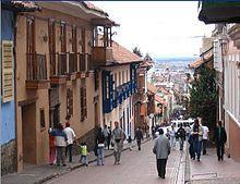 La Candelaria es el Centro Histórico de Bogotá fundado en 1538. Con una arquitectura colonial, este lugar se convierte en el escenarios perfecto para caminar por la tarde. En la noche, este lugar se destaca por sus deliciosos y variados restaurantes.