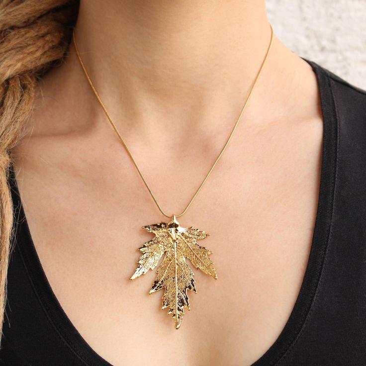 Ein echtes Silberahornblatt, in Handarbeit mit einer Schicht aus Gold überzogen und eine abschließenden Schutzschicht gegen Oxidation.