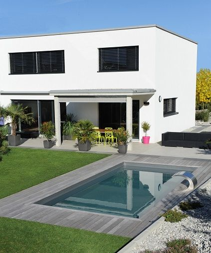 En Suisse, une Piscinelle au liner gris ardoise, en parfait accord avec cette maison très contemporaine.