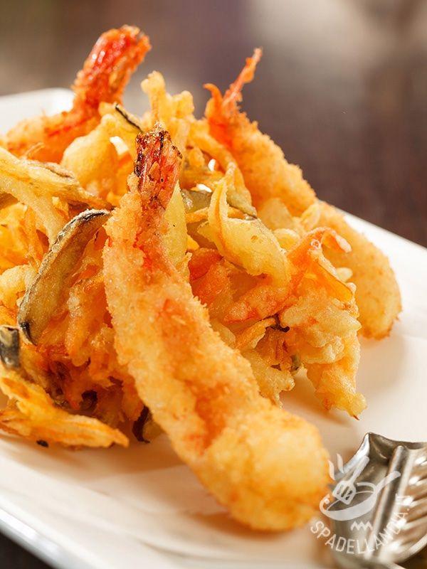 Tempura shrimp - Per una perfetta Tempura di gamberetti, il fritto alla giapponese, armatevi di cubetti di ghiaccio! E' questo il segreto dello chef per un fritto doc! #tempuradigamberetti