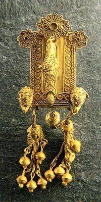 Pendentif de tempe. Électrum, v. 630-620 av. J.-C. Découvert dans la nécropole de Camiros, à Rhodes.User:Jastrow