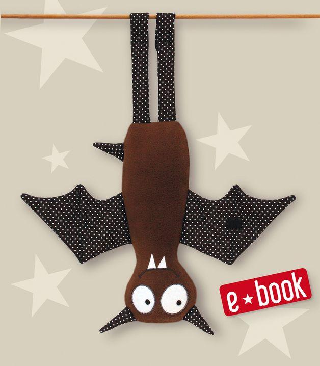 Niedliche Fledermaus mit Klettverschluß an Flügeln und Beinen zum Selbernähen.   Zum Schlafen lassen sich die Flügel mit Klettverschluß zusammenfalten, an den Beinen kannst du sie aufhängen. Die...