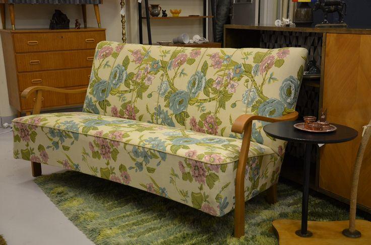 Svängd soffa från 40-talet med öppna gavlar och blommig kretong. 158 cm lång.