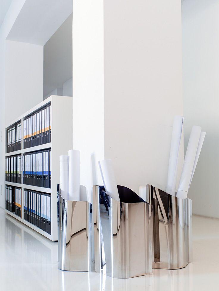 Schirmständer zweifarbig, außen Edelstahl poliert, inn lackiert mit integrierter Tropfschale. Design: Philipp Günther