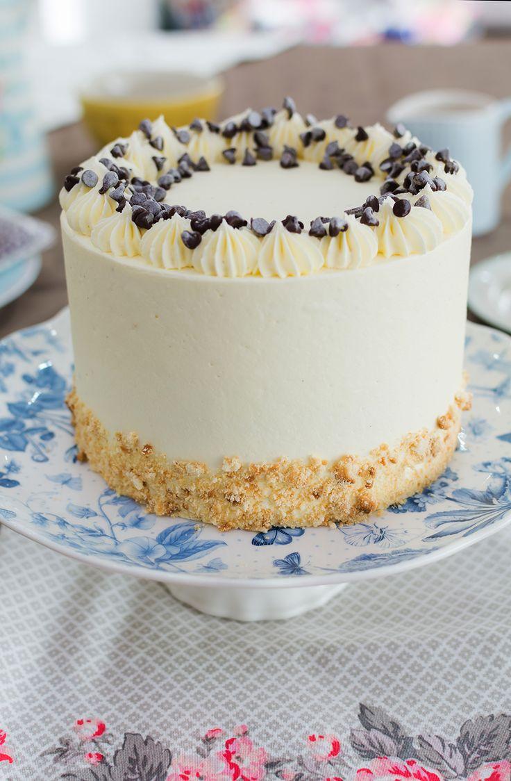 Tarta de leche y galletas sobre stand para tartas En este vídeo os mostraré cómo hacer una tarta de leche y galletas. El relleno es muy especial ya que tiene el sabor de las típicas galletas de vainilla con chips de chocolate. Este relleno es muy sencillo de hacer y queda realmente delicioso. En combinación con el bizcocho de vainilla y la buttercream conseguiremos una tarta buenísima. Para la decoración he decidido dejar la tarta totalmente cubierta. Y para adornar la parte superior…