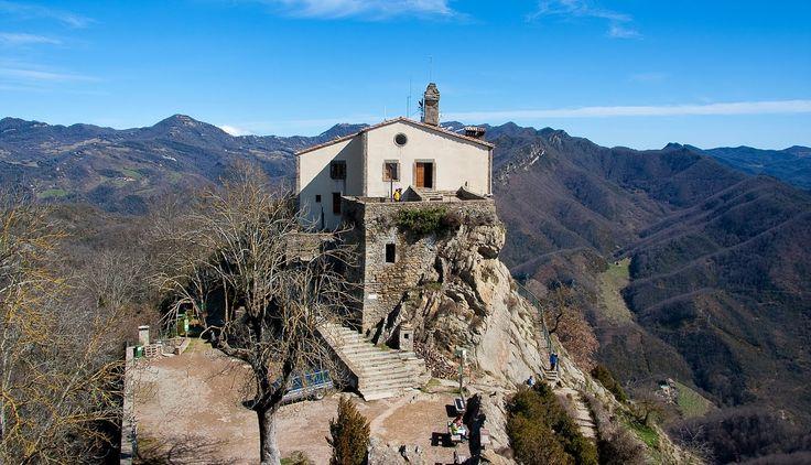 Ruta:   Pujada al Santuari deBellmunt (1.246 mts.) des de Sant Pere de Torelló pel camí vell, la ruta tradicional abans de fer-se la ...