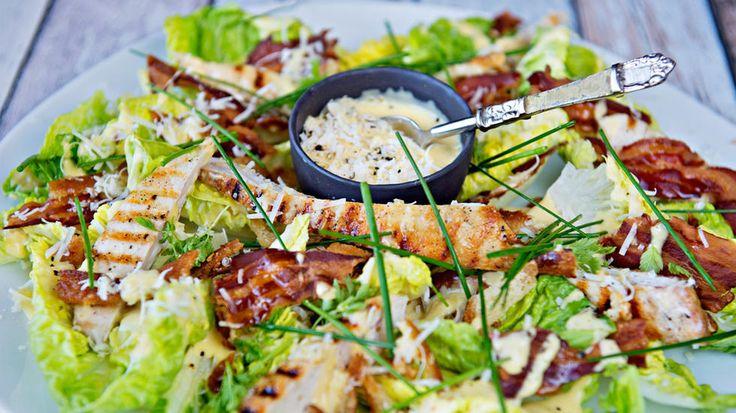 Cæsarsalat med grillet kylling og bacon - Godt.no - Finn noe godt å spise