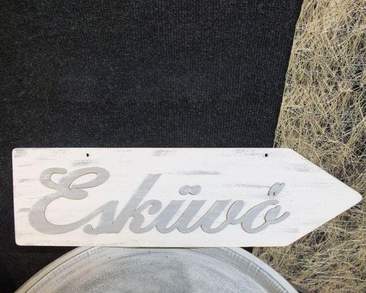 Felakasztható esküvő feliratú fa tábla. A tábla jobbra és balra mutató kivitelben is kérhető.